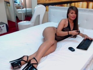 suavegia cam girl showing details of her shaved pussy on camera