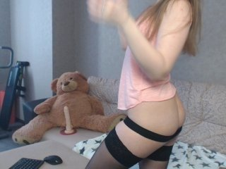 topshow04 european cam babe offers her shaved pussy for live sex experiments online